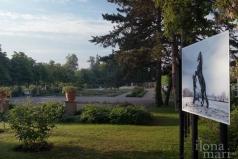 """""""Equus"""" von Emanuele Scorcelletti im Doblhoffpark vor dem Hotel Schloss Weikersdorf beim Photo Festival La Gacilly Baden"""