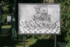 """""""Das Studio der Ikonen"""" von Seydou Keita im Gutenbrunnerpark beim Photo Festival La Gacilly Baden"""