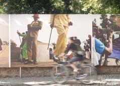 """""""Die Sapeurs von Brazzaville"""" von Baudouin Mouanda am Brusattiplatz beim Photo Festival La Gacilly Baden"""