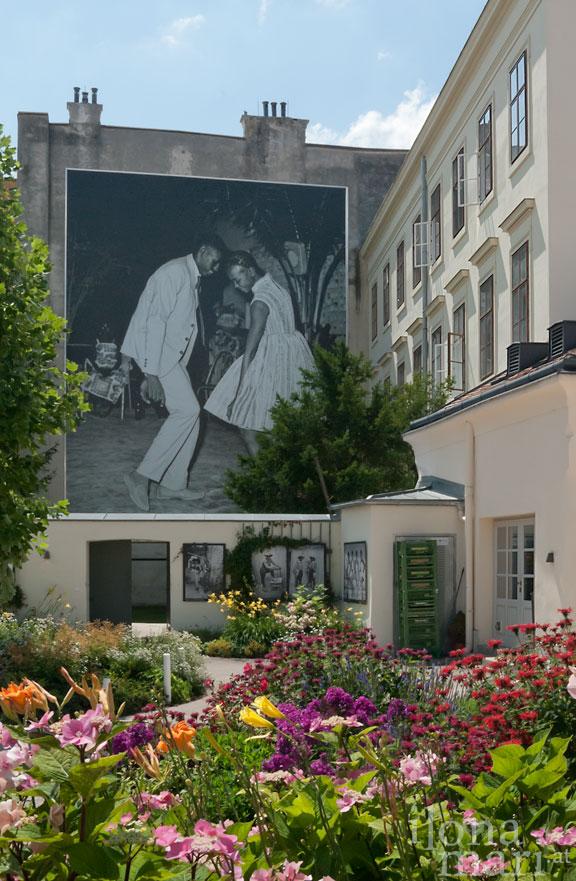 """""""Das Studio Malick"""" von Malick Sidibé im Kaiserhausgarten beim Photo Festival La Gacilly Baden"""