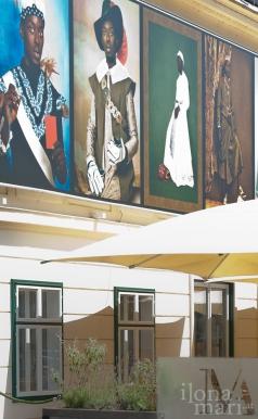 """""""Spiegelungen im Studio"""" von Omar Victor Diop am Brusattiplatz beim Photo Festival La Gacilly Baden"""