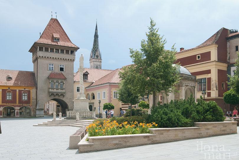 Heldenturm auf dem Jurisics Platz in der Altstadt von Güns