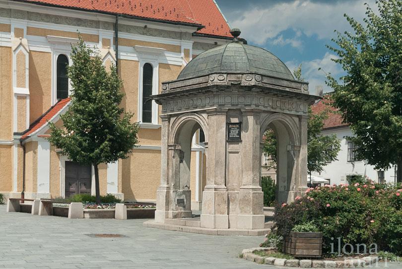 Brunnen am Hauptplatz in der Altstadt von Güns.