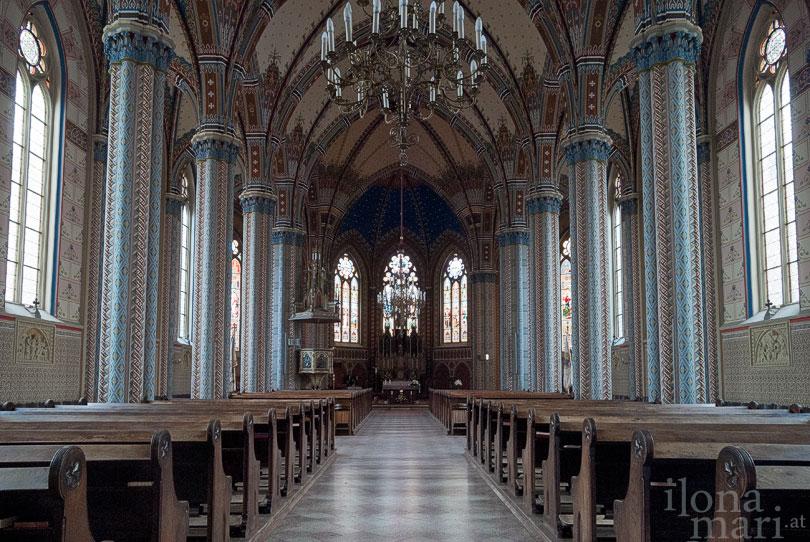 Kirchenschiff der Herz Jesu Kirche vor der Altstadt von Güns