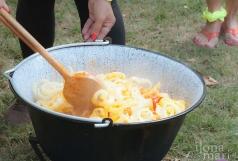 Beim Lecsó Festival werden Paprika und Paradeis im Kessel verrührt.