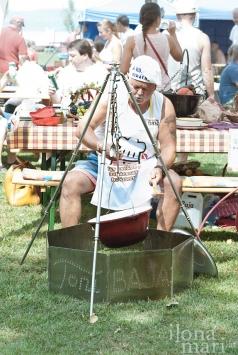 Ein Teilnehmer beim Kochwettbewerb anlässlich des Lecsó Festivals