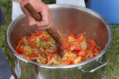 Beim Lecsó Festival rührt der Koch die Speise im Kochtopf immer wieder um.