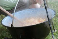 Beim Lecsó Festival rührt der Koch die Speise im Kessel immer wieder um.