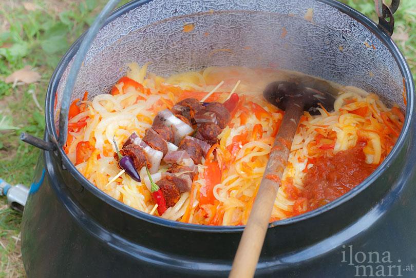 Beim Lecsó Festival wird die Speise im Kessel zubereitet.