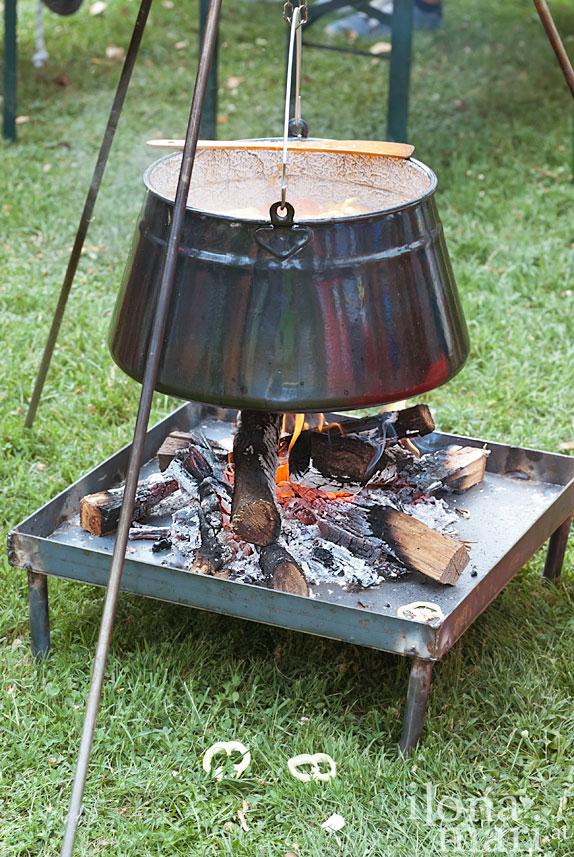 Kessel über einer Feuerstelle beim Lecsó Festival in Balatonszárszó