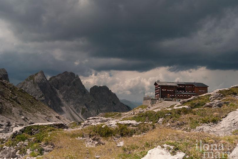 Gewitterwolken über der Karlsbader Hütte in den Dolomiten