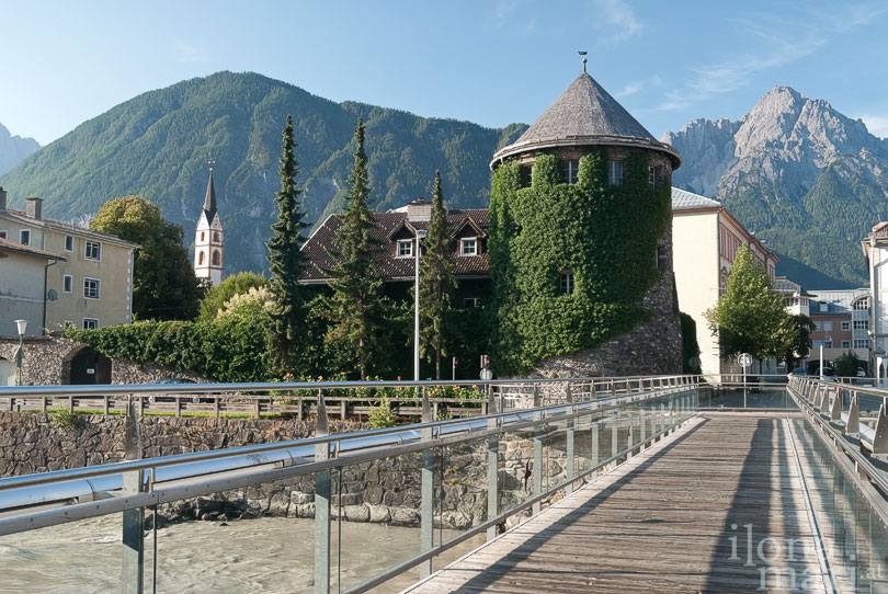 Steg über die Isel richtung Iselturm in Lienz