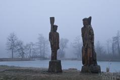 Holzfiguren in der Teichlandschaft von Sárvár