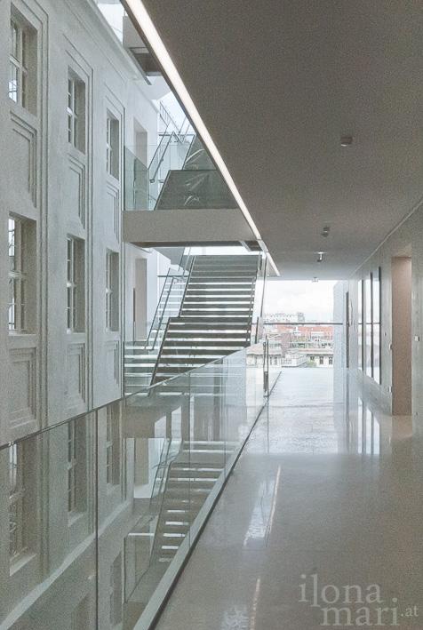 Treppen im Atrium der Post am Rochus