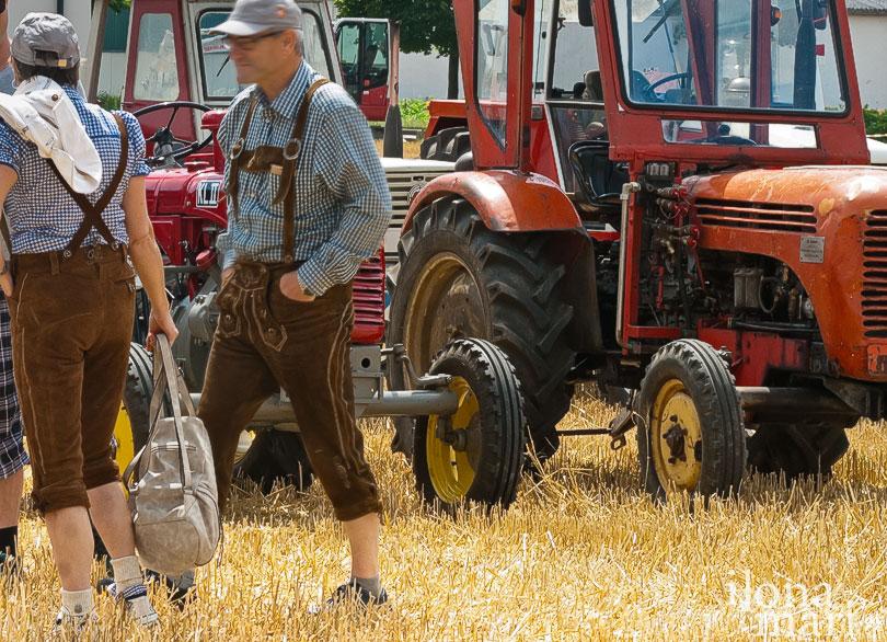 Traktorfahrer in Tracht