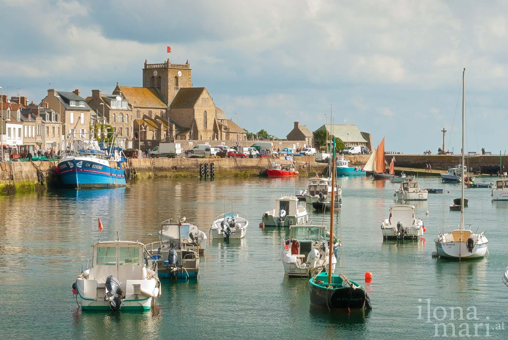 Freizeitschiffe und Fischerboote ankern im Hafenbecken von Barfleur