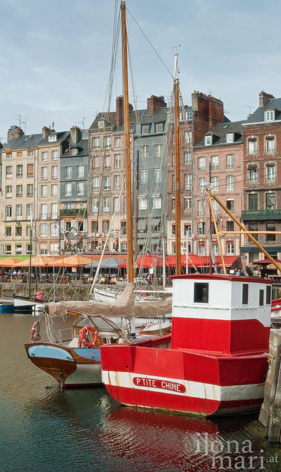 historisches Schiff im alten Hafenbecken von Honfleur (Normandie)