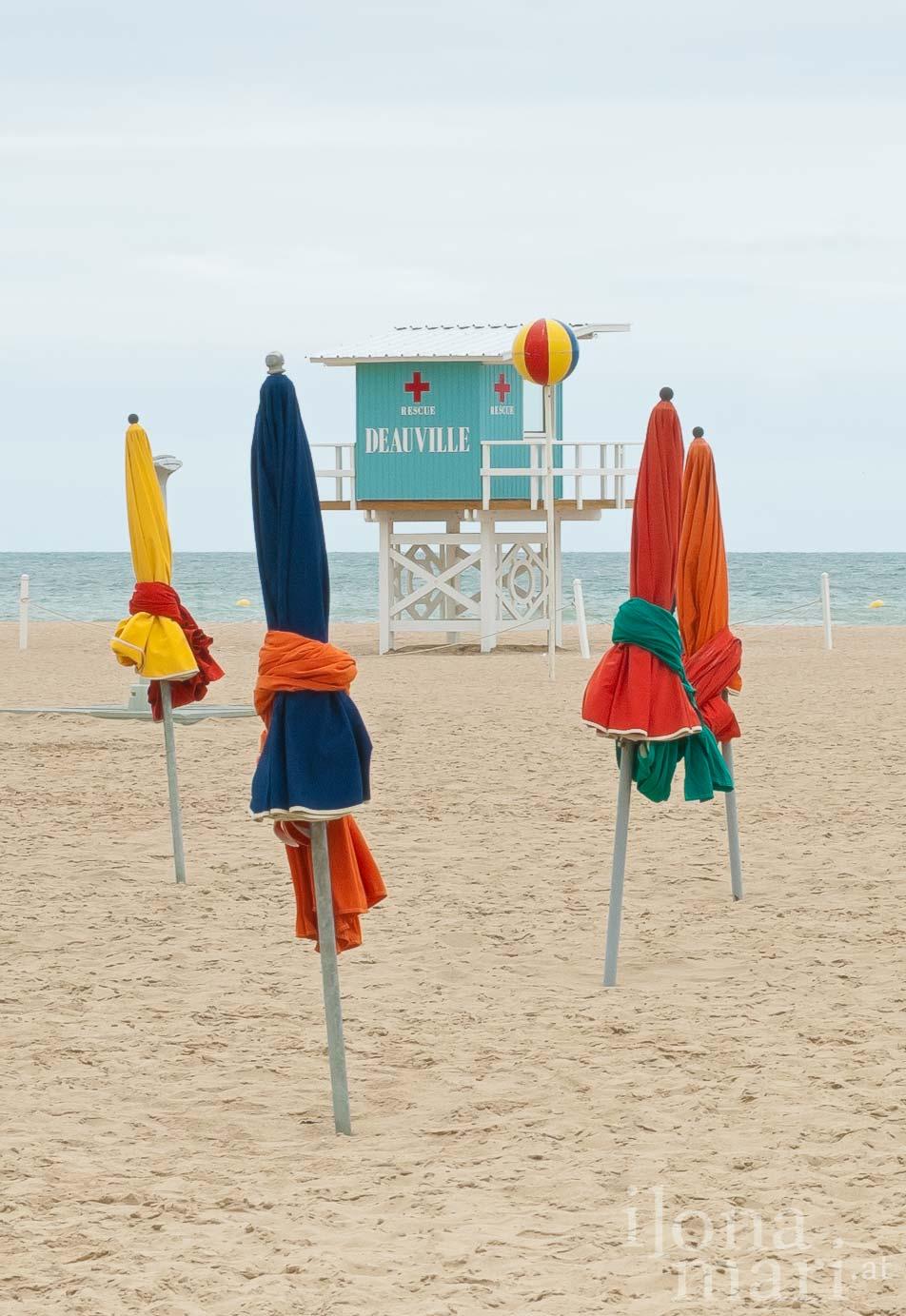Sonnenschirme und Badewärterturm am Strand von Deauville (Normandie)