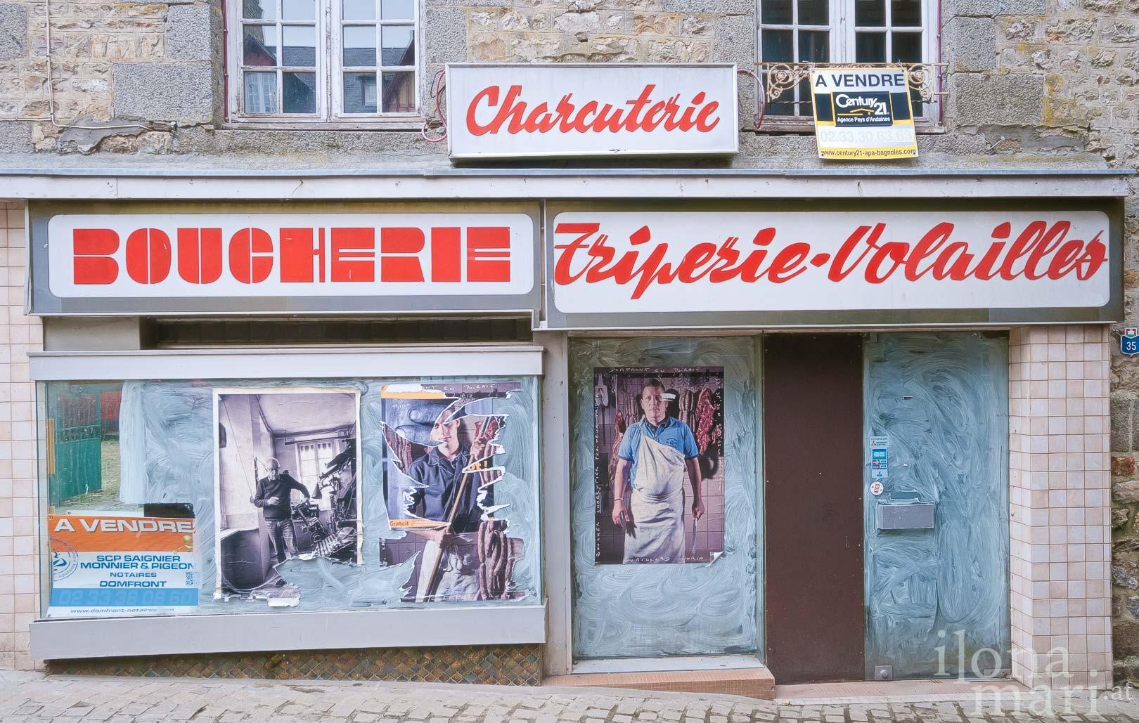 Fassade einer ehemaligen Fleischhauerei in Domfront (Normandie)