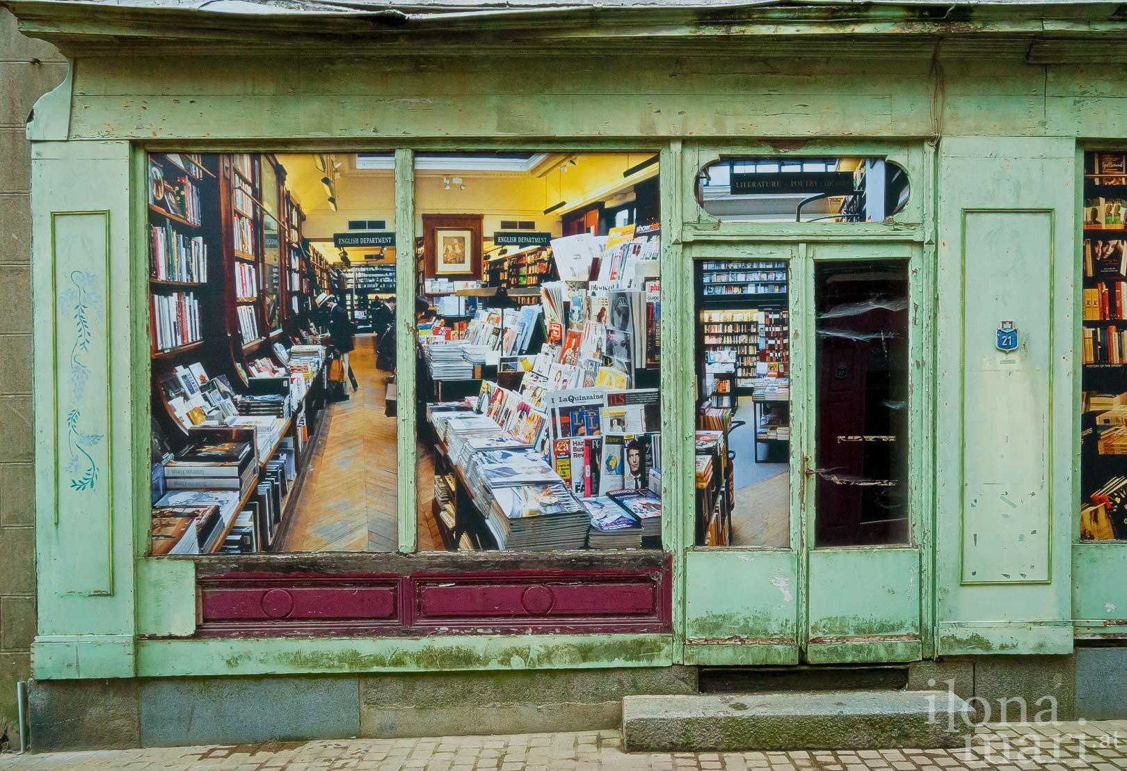 Alte Fassade eines Buchladens in der Altstadt von Domfront (Normandie)
