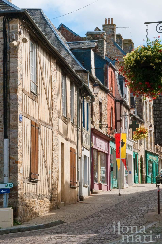 Gasse in der mittelalterlichen Altstadt von Domfront (Normandie)